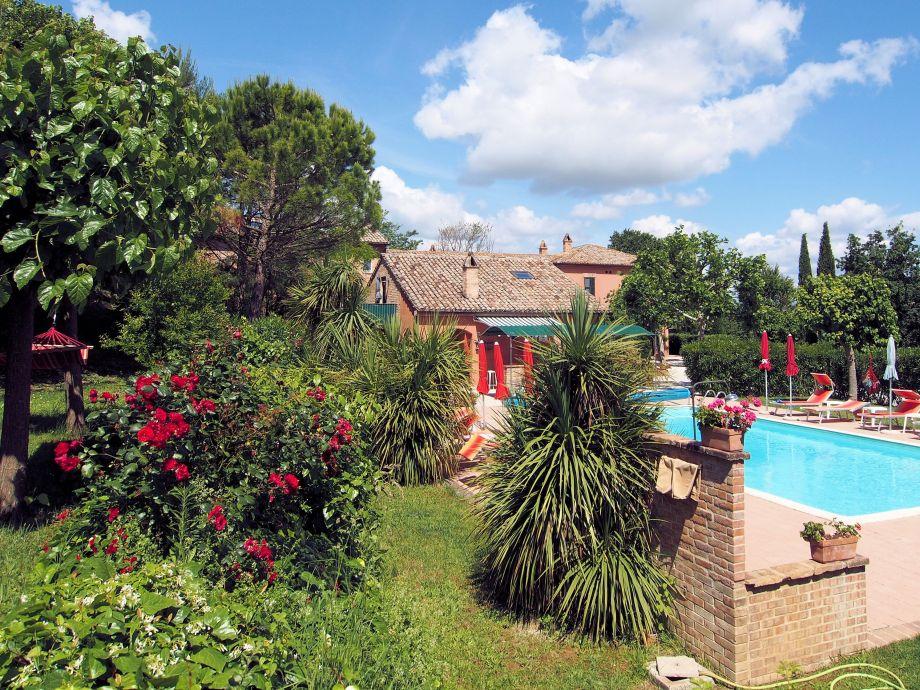 Teil des weitläufigen Gartens mit Pool