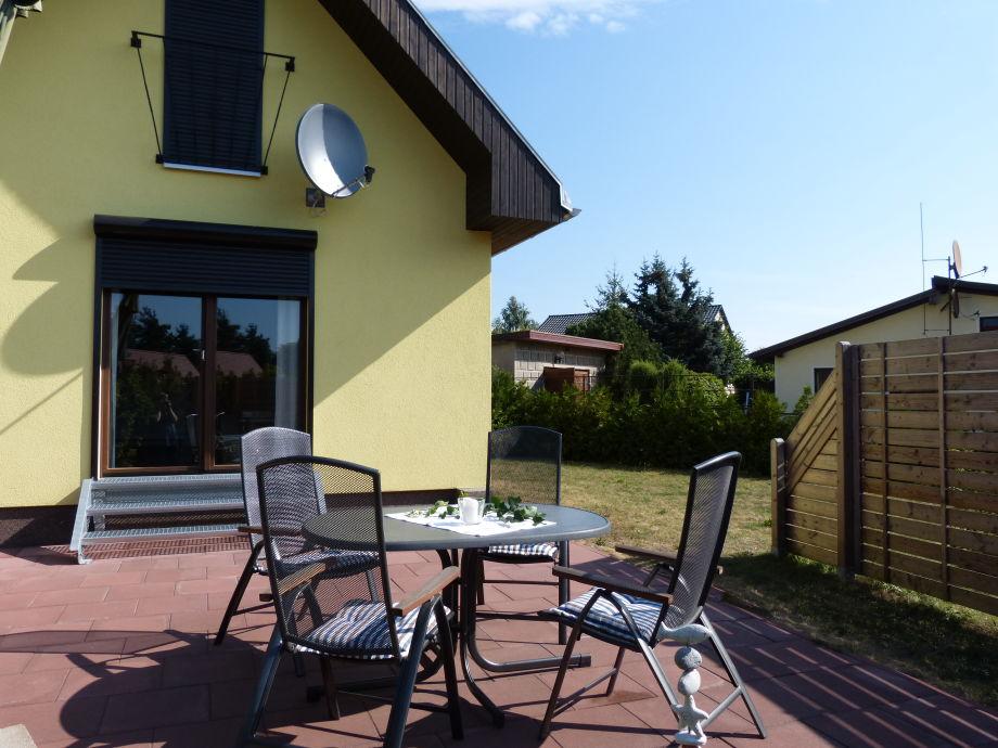 Sonnenterrasse mit Gartenmöbeln & Grill