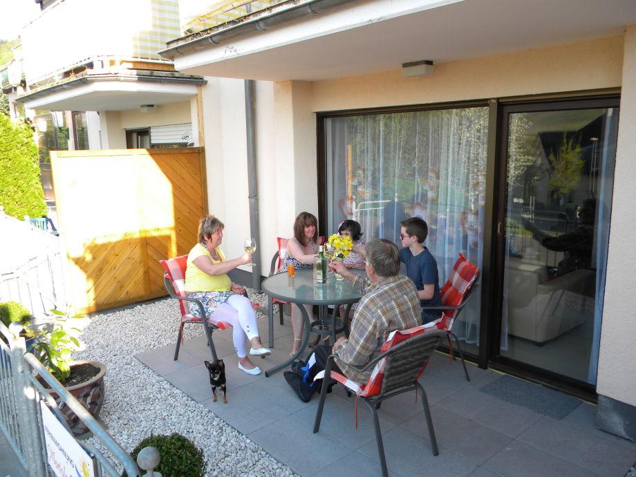 Außenansicht Terrasse und fröhliche Gäste