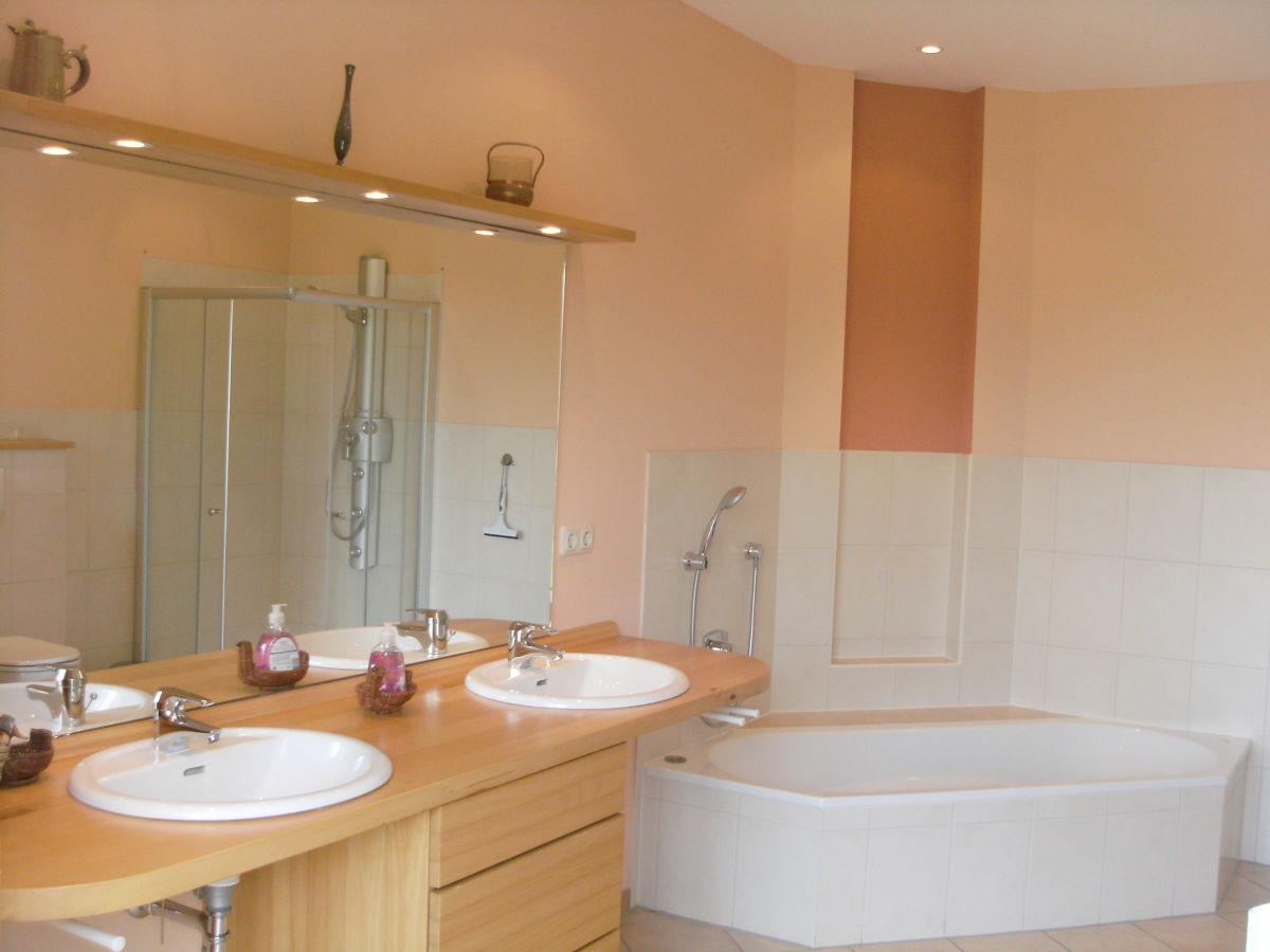Ferienhaus landhaus julia nordsee jadebusen bockhorn - Badezimmer mit dusche und badewanne ...