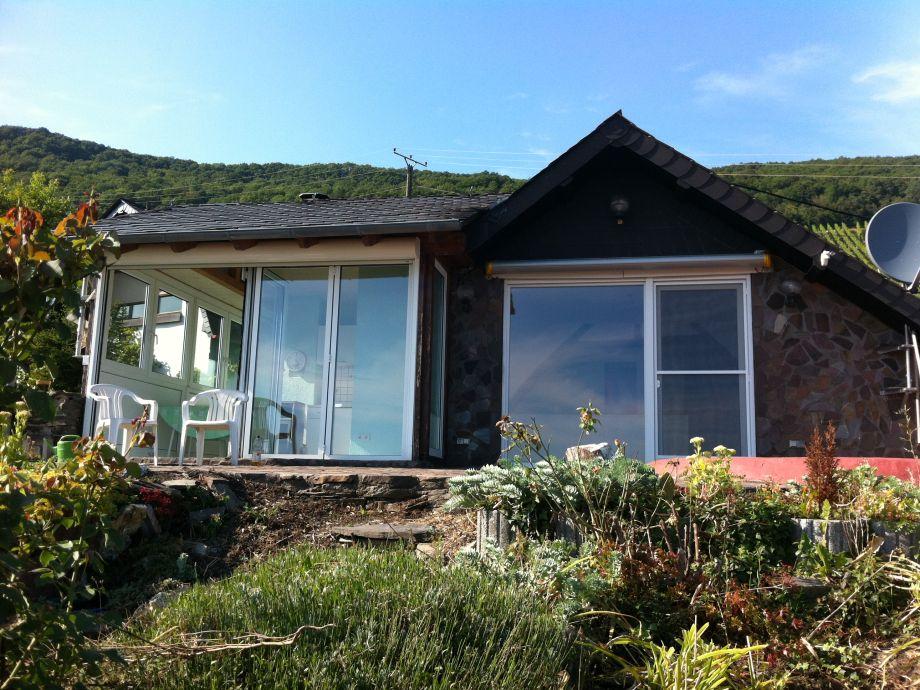 Blick vom Garten auf Wohnzimmer und Teeküche