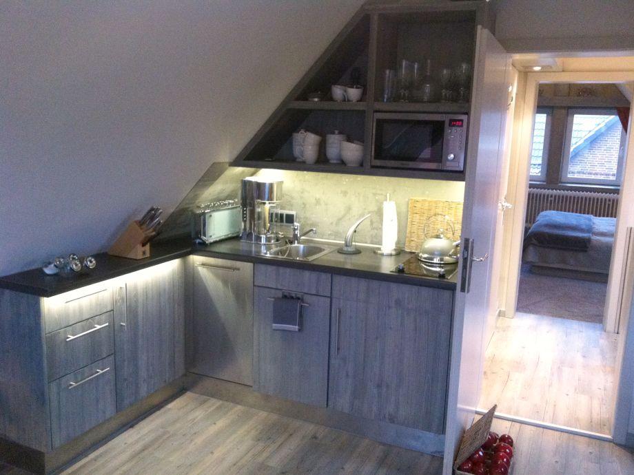 Küchenbereich mit Mikrowelle u. Spülmaschine