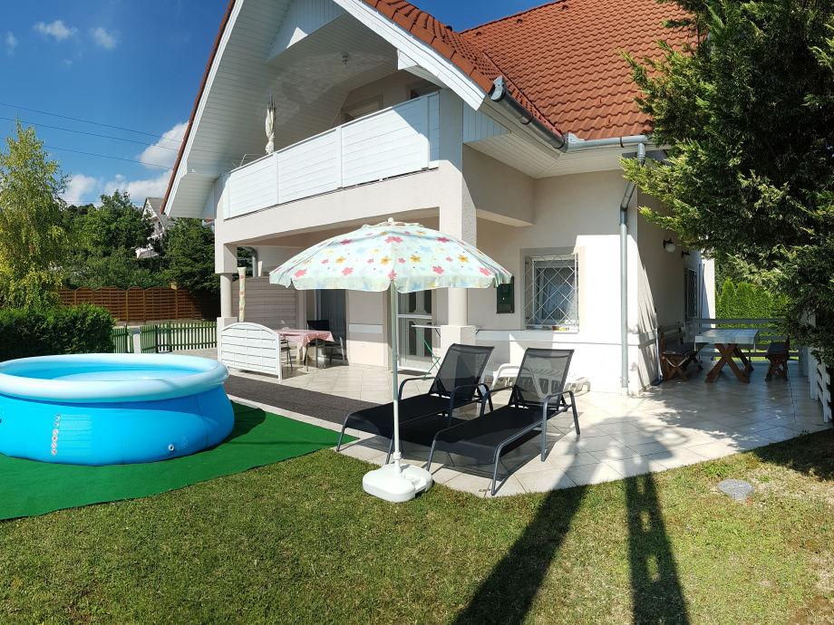 Garten mit Pool und Gartenmöbel