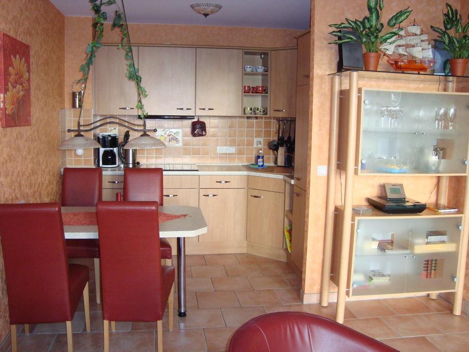 Einbauküche mit Esstisch im Wohnbereich integriert