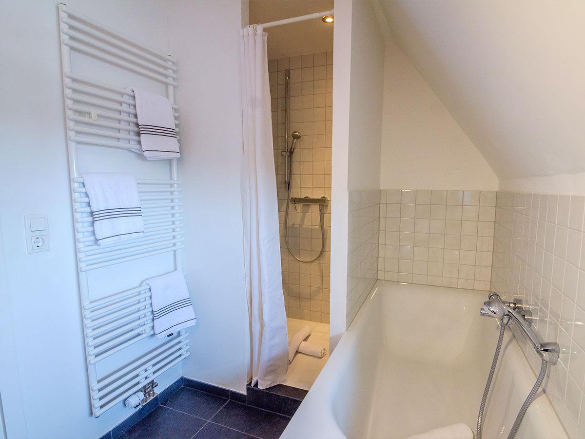 Ferienwohnung madeleines nest obergeschoss sylt firma - Badezimmer mit dusche und badewanne ...