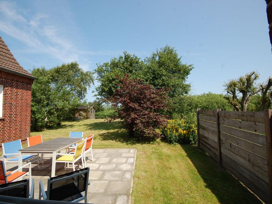 Naturbelassener Garten mit Terrasse