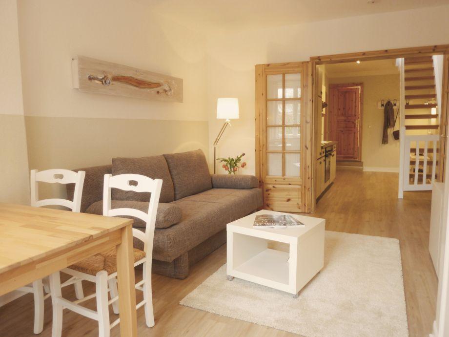 Blick vom Wohnzimmer in den Flur mit Küche