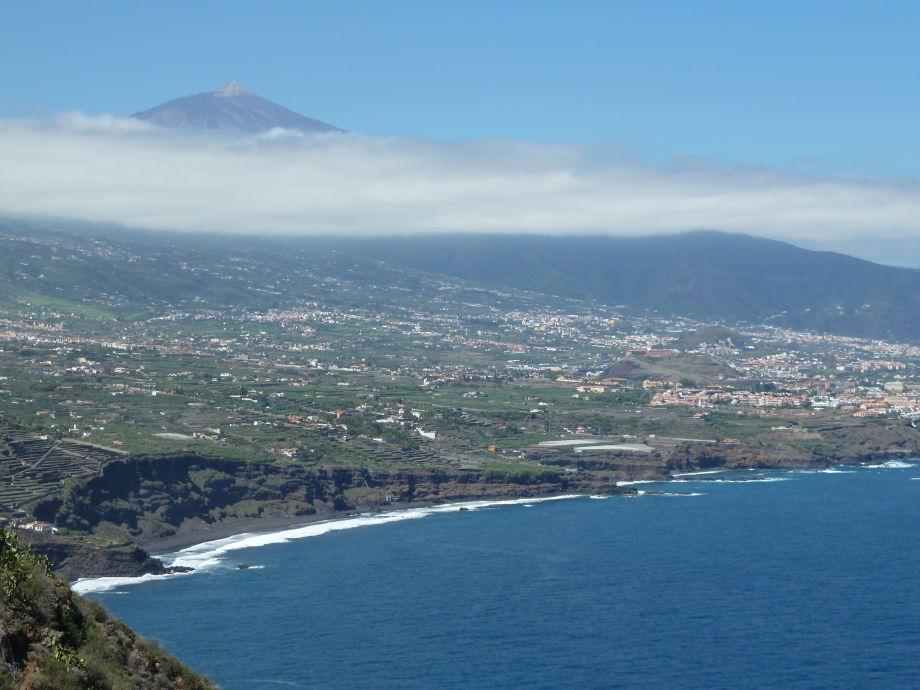 Blick auf das grüne Orotavatal mit Meer und Teide