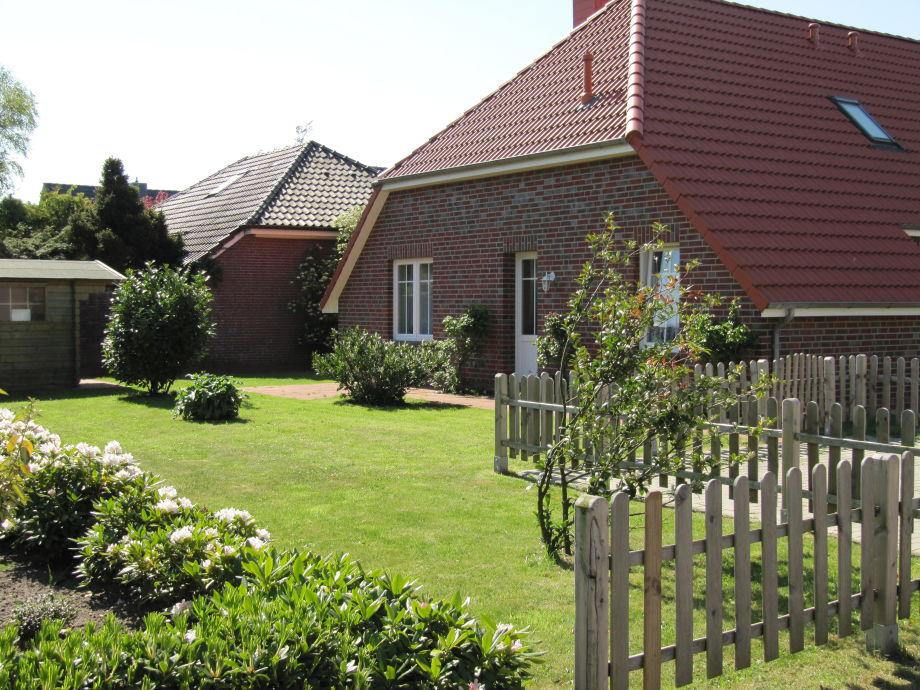 Blick in den Garten mit Seiteneingang und Terrasse