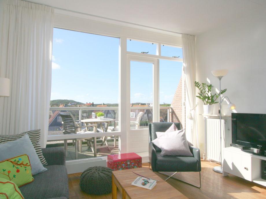 Wohnzimmer mit Flügeltüren zum Balkon