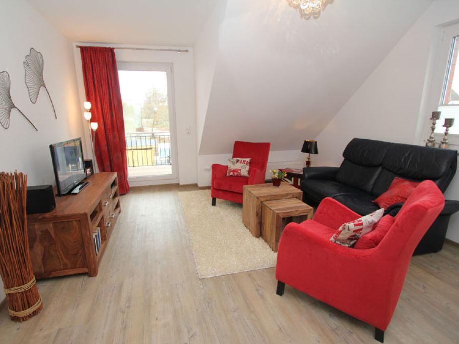 Couchbereich mit Flatscreen-TV im Wohnzimmer
