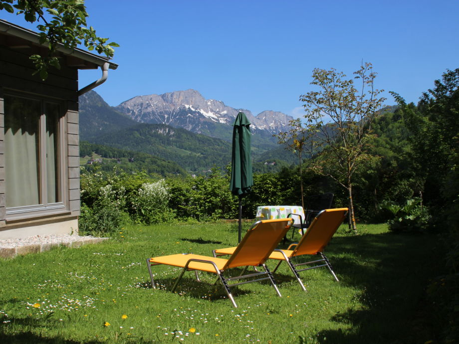 Private sunbathing lawn with a view of the Untersberg!