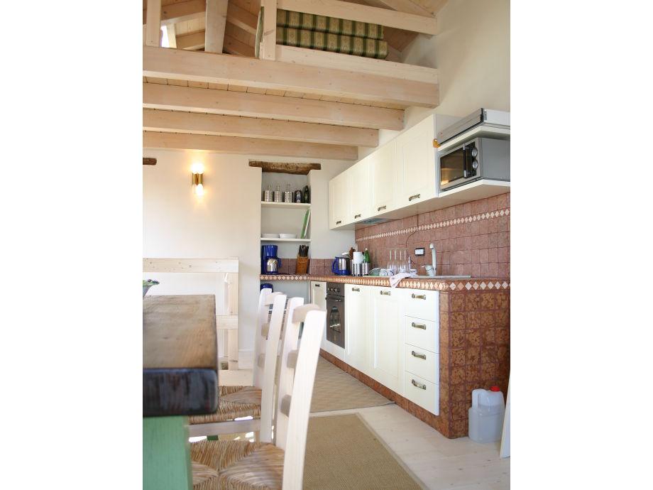 Gut ausgestattete  Küche mit Dachboden