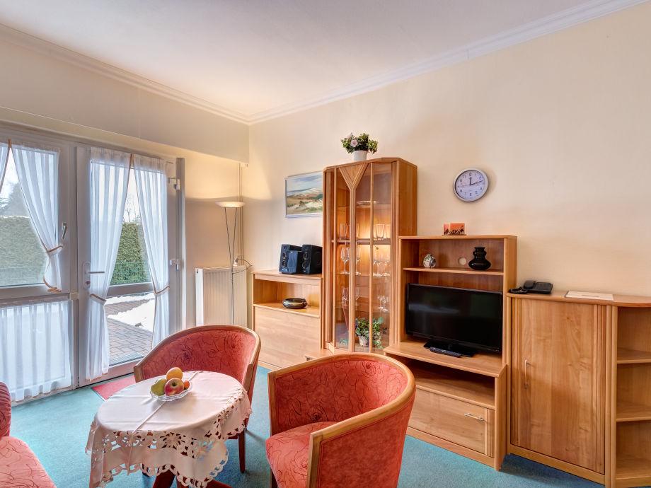 Wohnzimmer mit Flat-TV, Stereoanlage und W-LAN