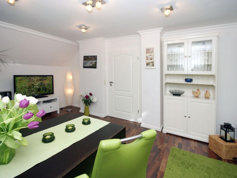 Wohnzimmer mit Flat-TV, Essplatz
