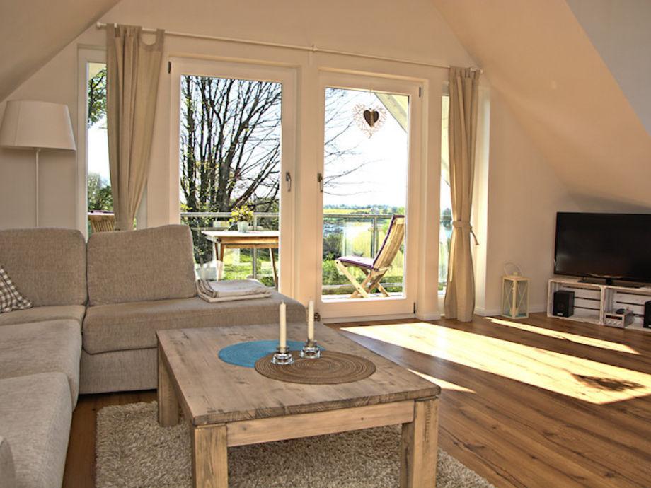 Sonniger Wohnbereich mit Balkonzugang