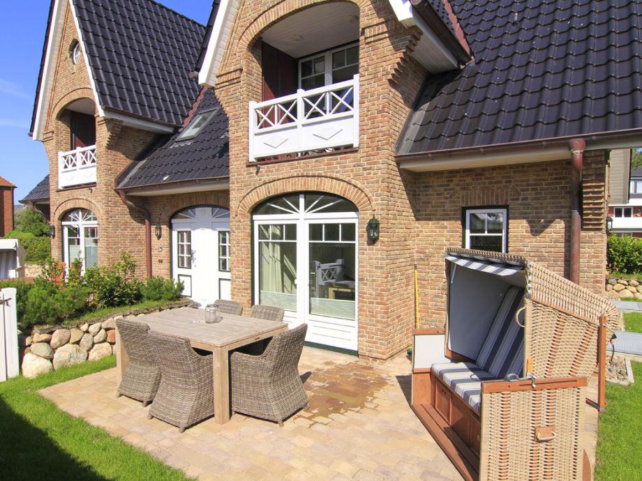 Der Außenbereich mit der Terrasse und Strandkorb