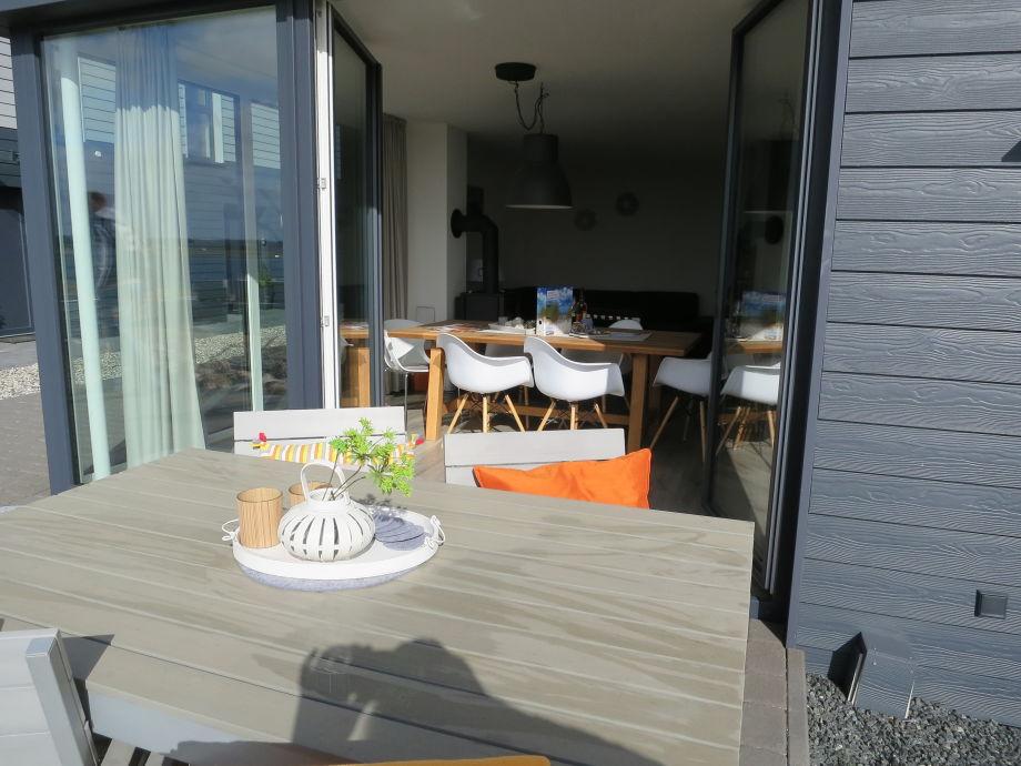 Die Terrasse am Wohnbereich mit Marina-Blick.