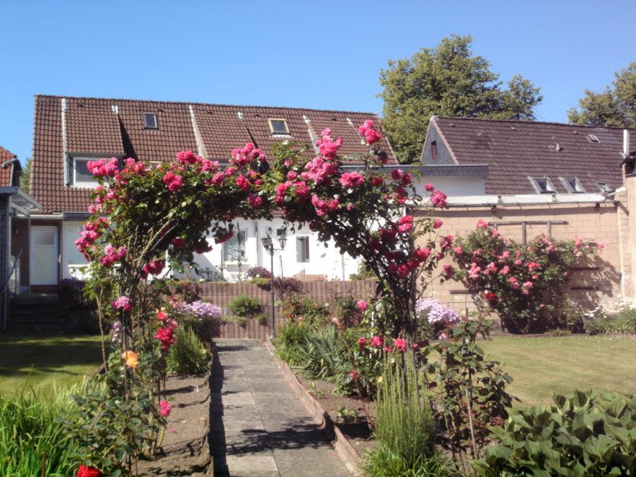 Garten mit Rosenbogen