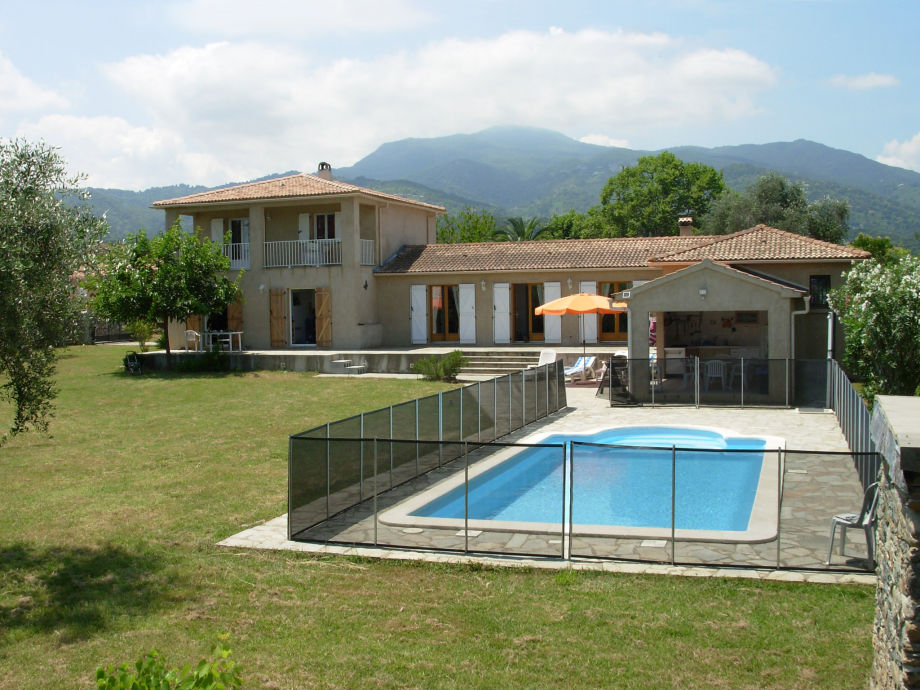 Gesamtansicht der Villa mit korsischem Bergpanorama