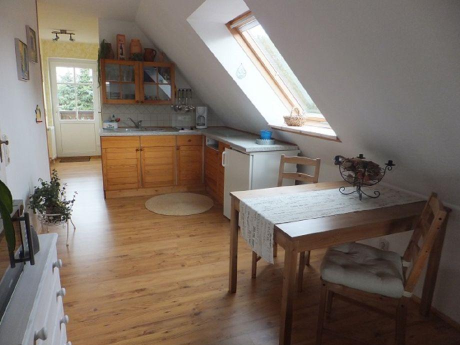 Küchenzeile mit Essstisch