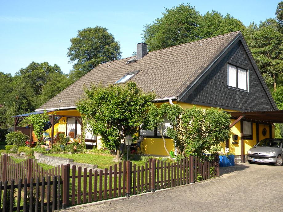 Das Haus liegt sehr ruhig direkt am Waldrand.