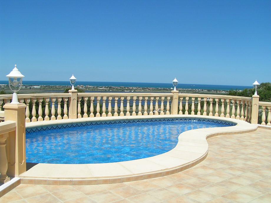 Pool mit Blick zum Meer