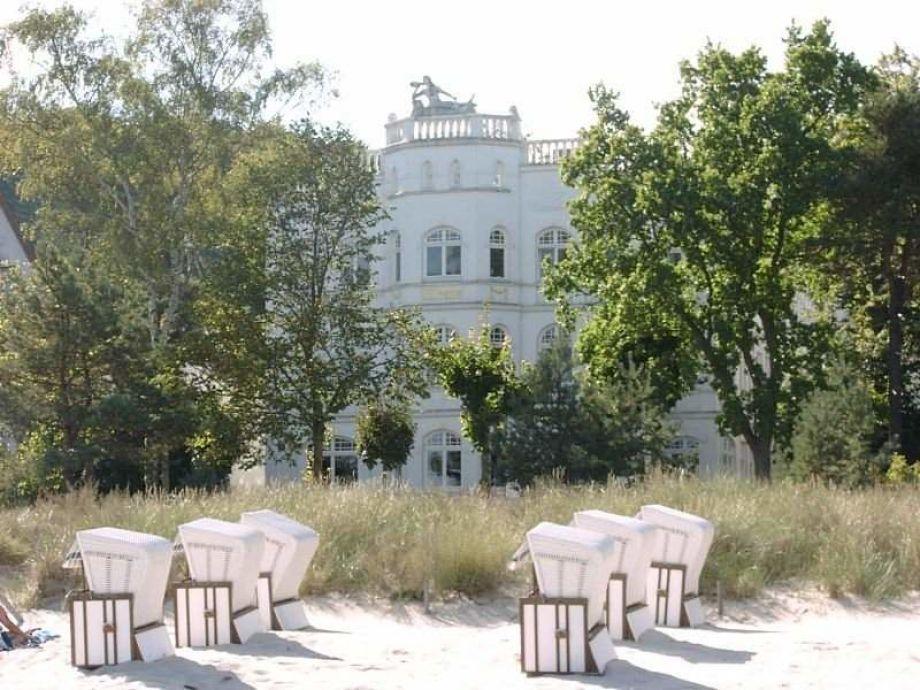 Der Blick vom Sandstrand auf die Villa Sirene