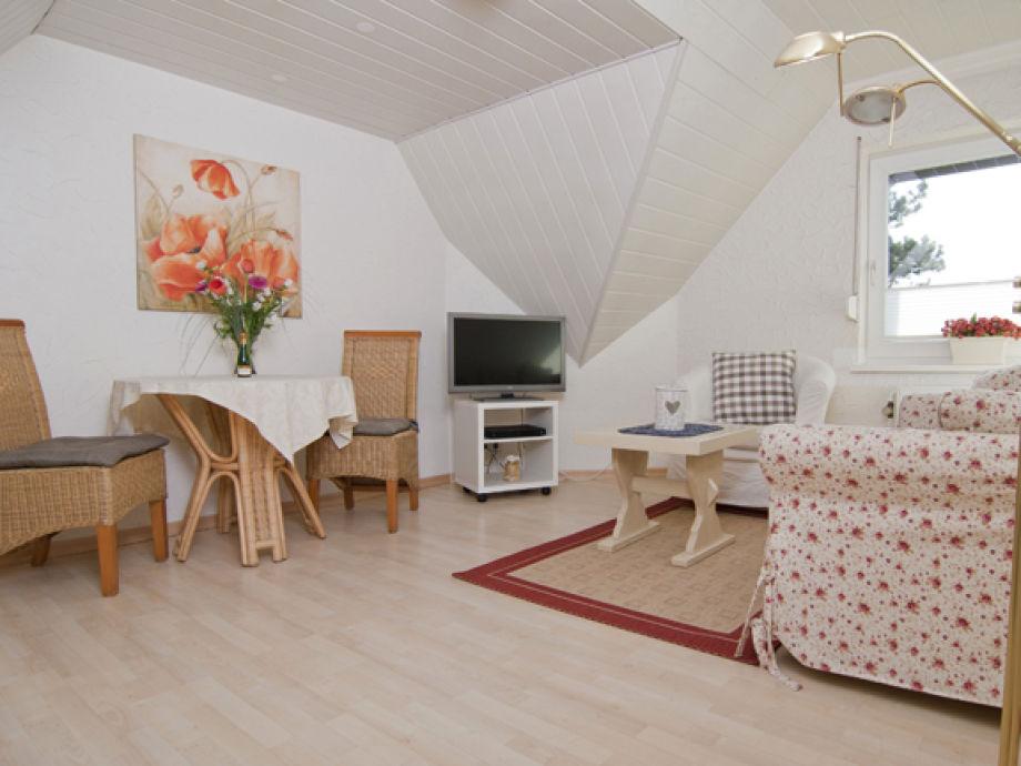 Gemütliches Wohnzimmer mit Flat-Tv
