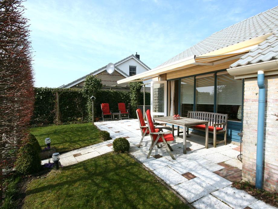 Garten mit großer Terrasse