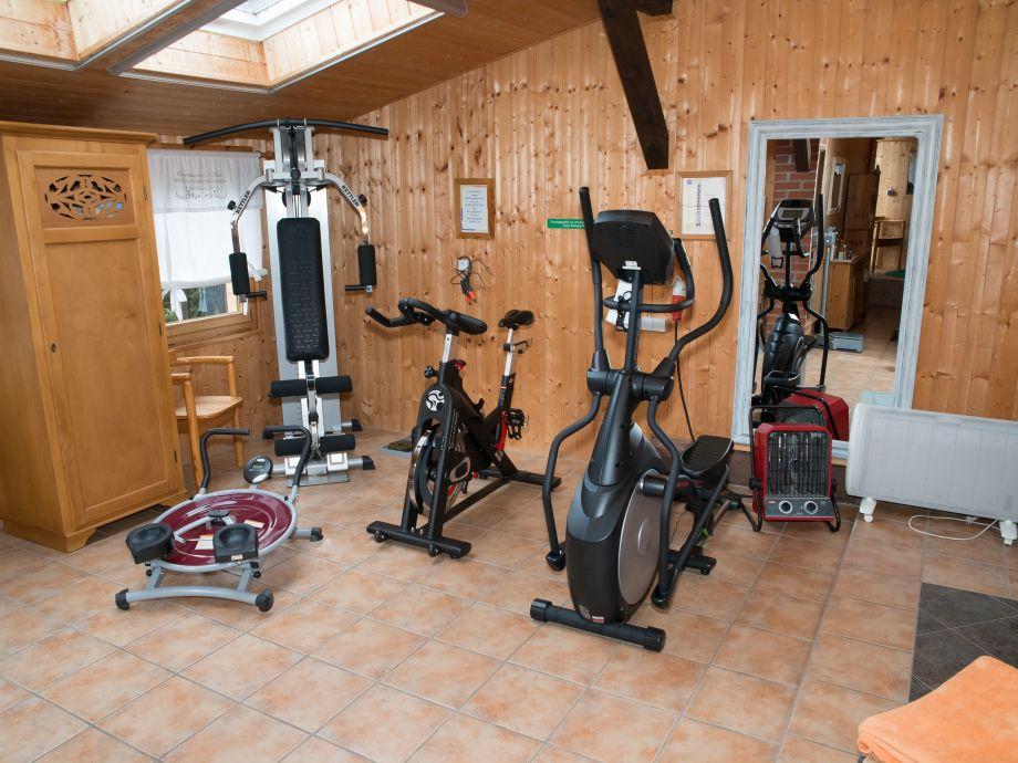 Fitnessabteilung mit neuen Geräten 2016
