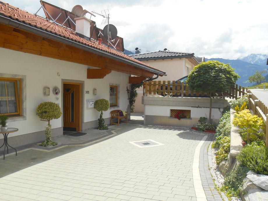 Haus Einfahrt - oben, Parkplatz