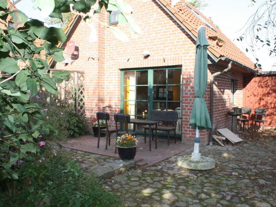 Blick auf Eingang und Terrasse