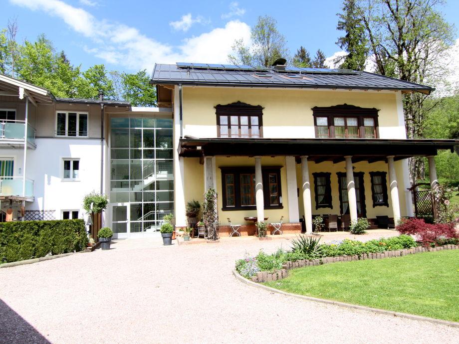 Haus mit Gartenanlage