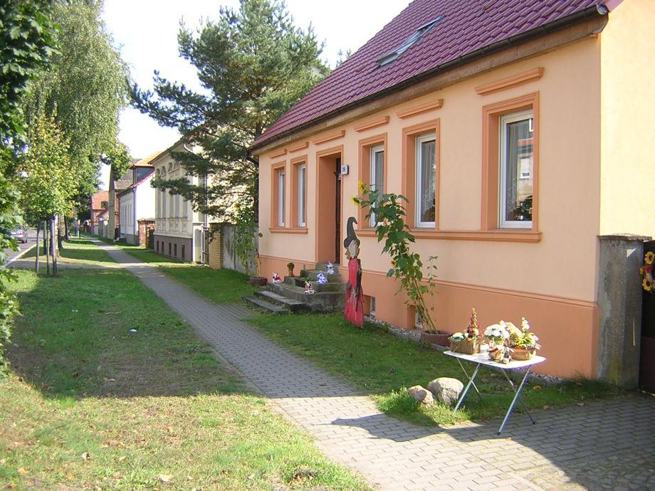 Landhaus und Straßenansicht