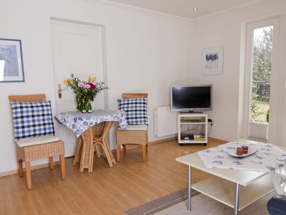 Wohnzimmer mit Westterrasse und Strandkorb