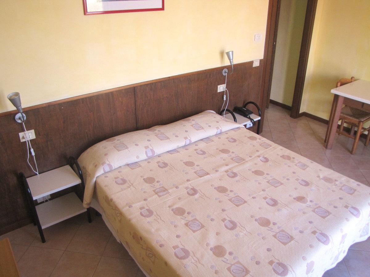 ferienwohnung villa girasole fewo studio mit balkon und seeblick gardasee torri del benaco. Black Bedroom Furniture Sets. Home Design Ideas