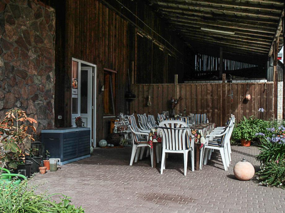 geschützte Sitzecke unter dem Scheunendach