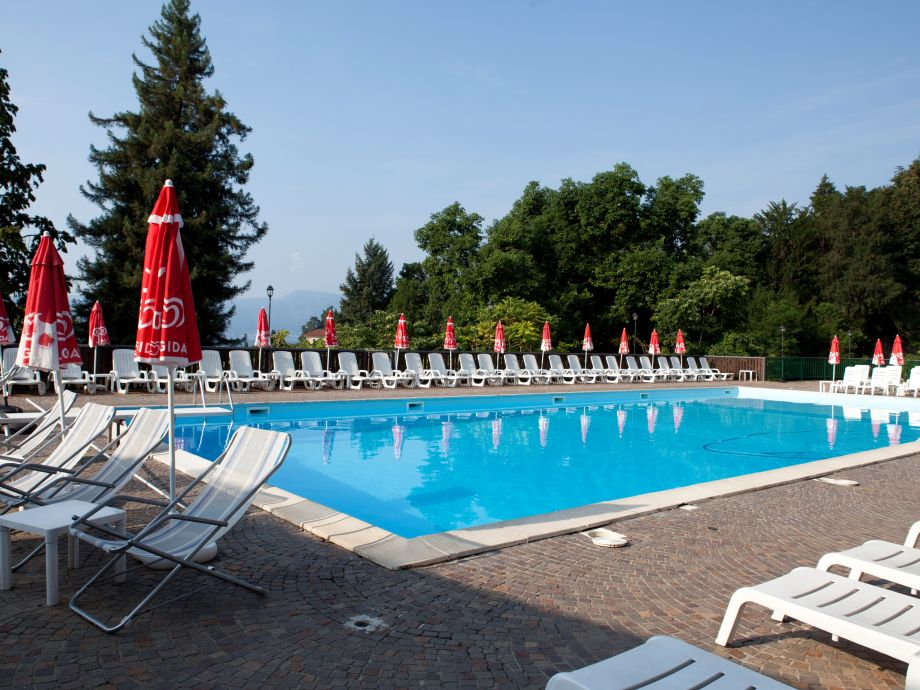 Ca. 25 m x ca. 12 m großer Pool