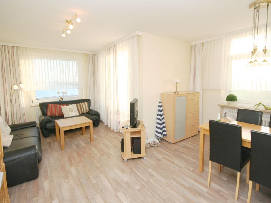 Wohnzimmer mit Ledergarnitur, TV und Essecke