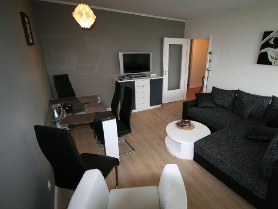 Stilvoll eingerichtetes Wohnzimmer mit Essbereich