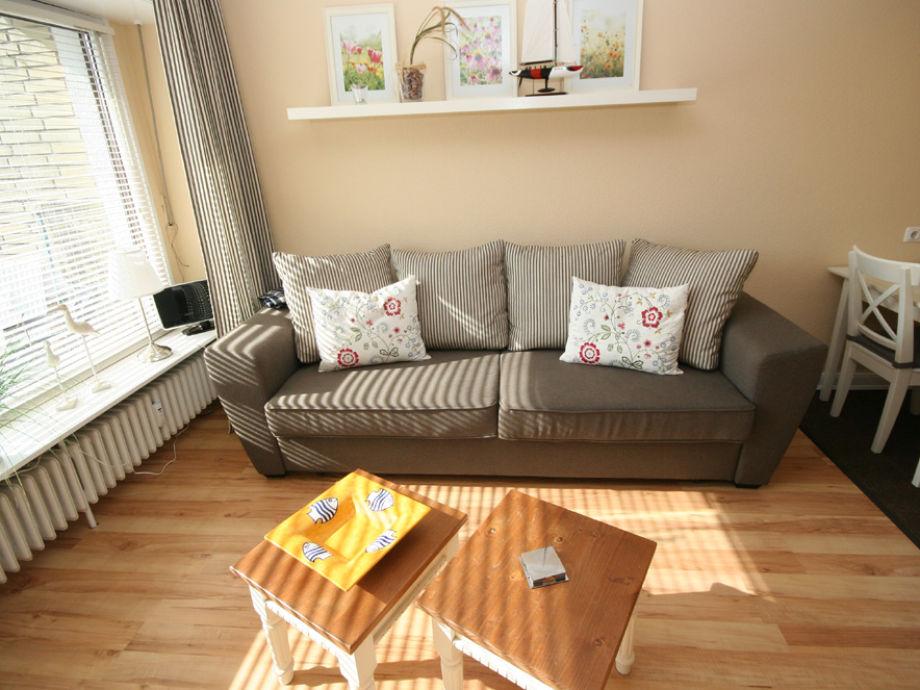 Renoviertes Wohnzimmer mit Essbereich und offener Küche