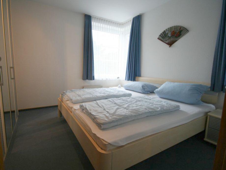 Gemütliches Doppelbett im Schlafzimmer.