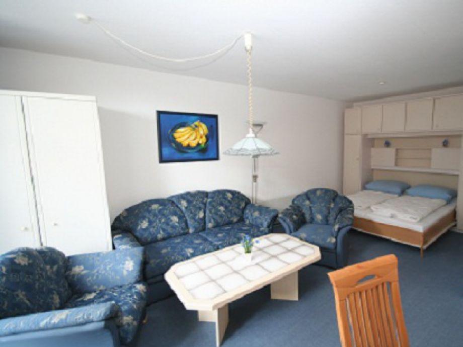 Das gemütliche Wohnzimmer mit Schrankbett.