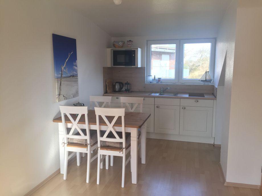Küchenbereich mit großem Esstisch