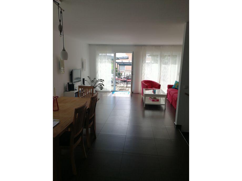 Blick aus der Küche in den Wohn-, Essbereich