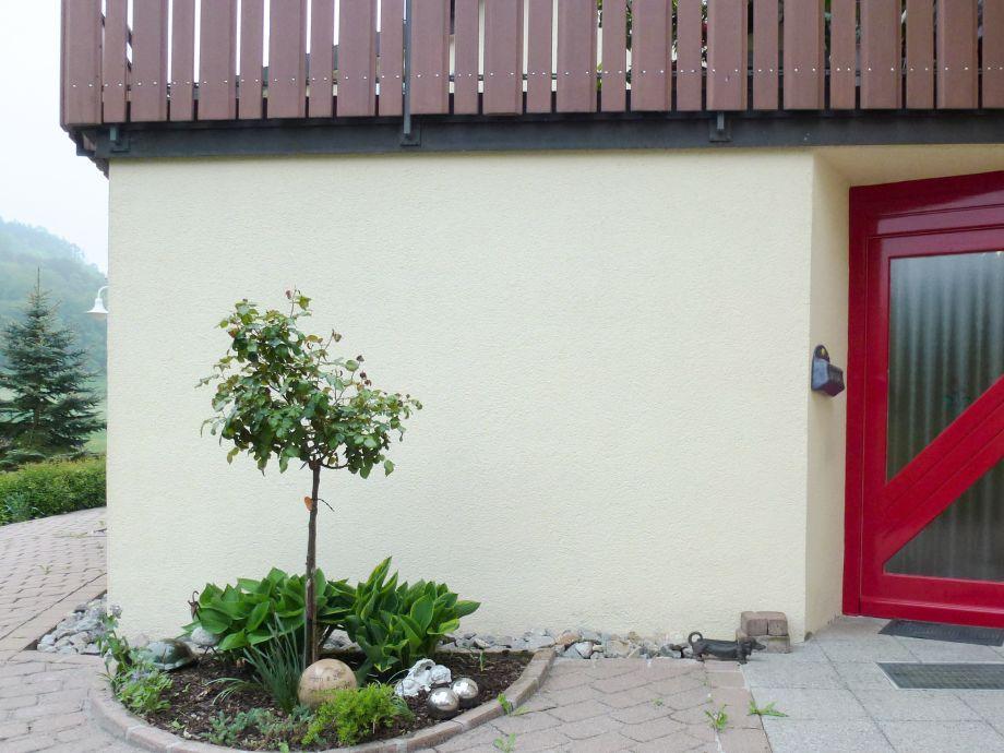 Unserer Wohnungseingang und Einfahrt.