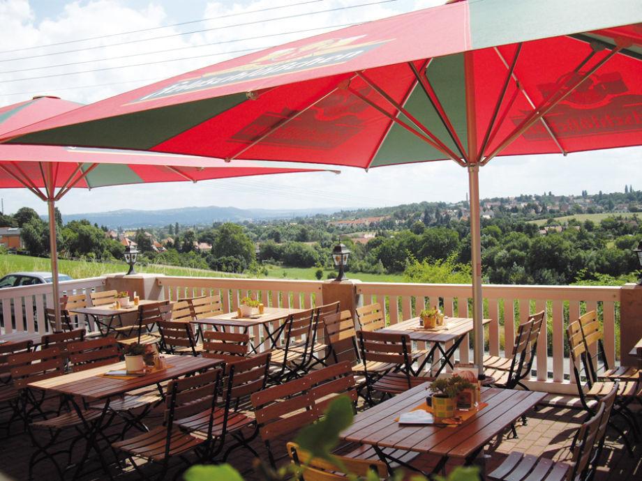 Blick von der Terrasse des Cafés sowie der Ferienwohung