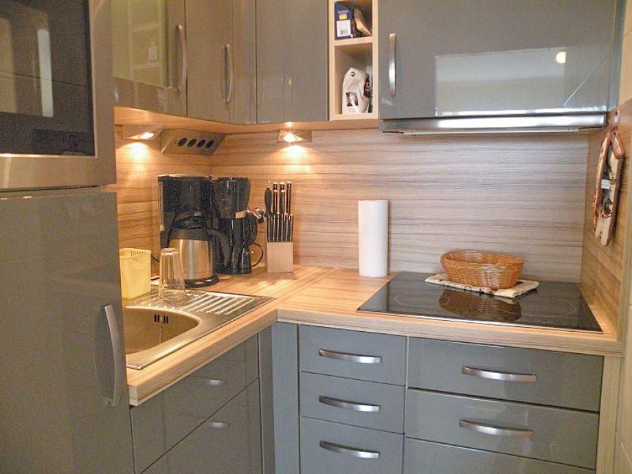 Moderne Küche, Geschirrspüler, Backofen, Mikrowelle
