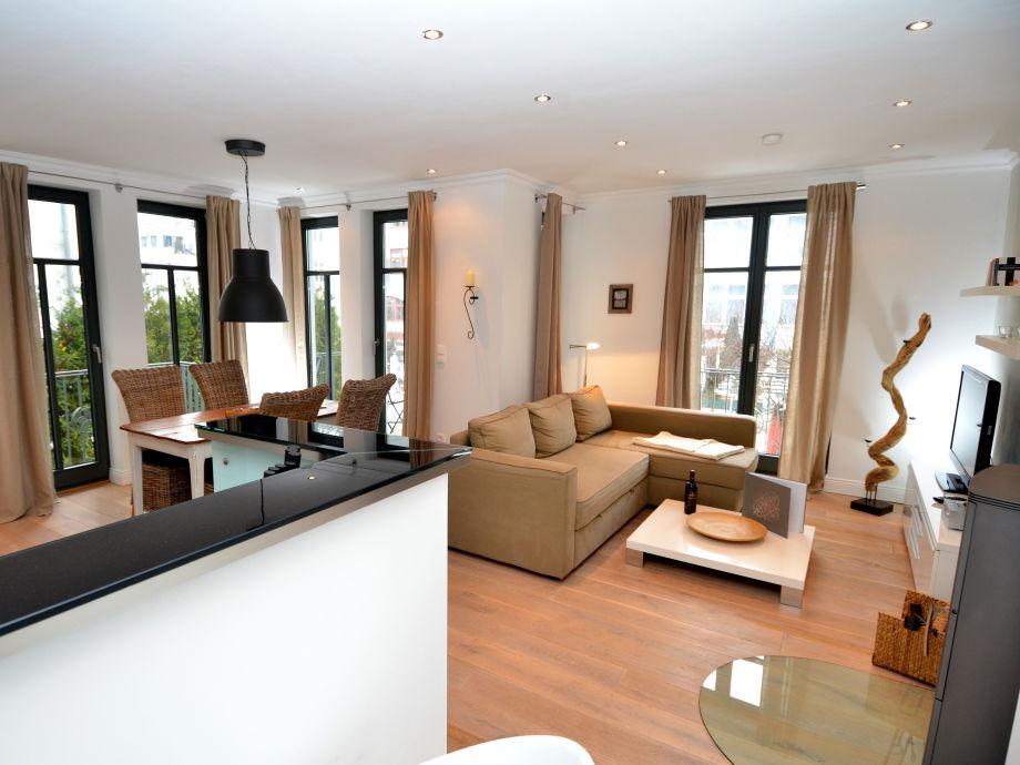 Der große, offene Wohnbereich mit integrierter Küche